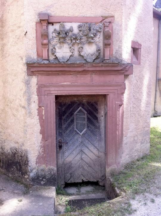 Eulschirbenmühle, Wappen von Brendel und der Grafen von Kronenberg oberhalb der Türe am Treppenturm