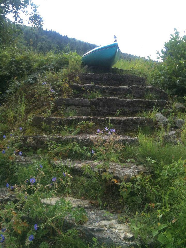 Das Kajak auf einer Treppe beim Umtragen eines Wehrs