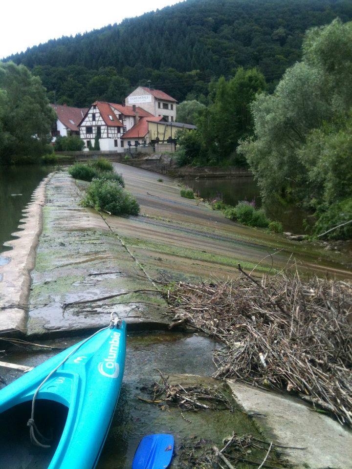 Unser Kajak vor einem farbenfroh bewachsenen Wehr, das bei höherem Wasserstand ein tolle Bootsrutsche gewesen wäre
