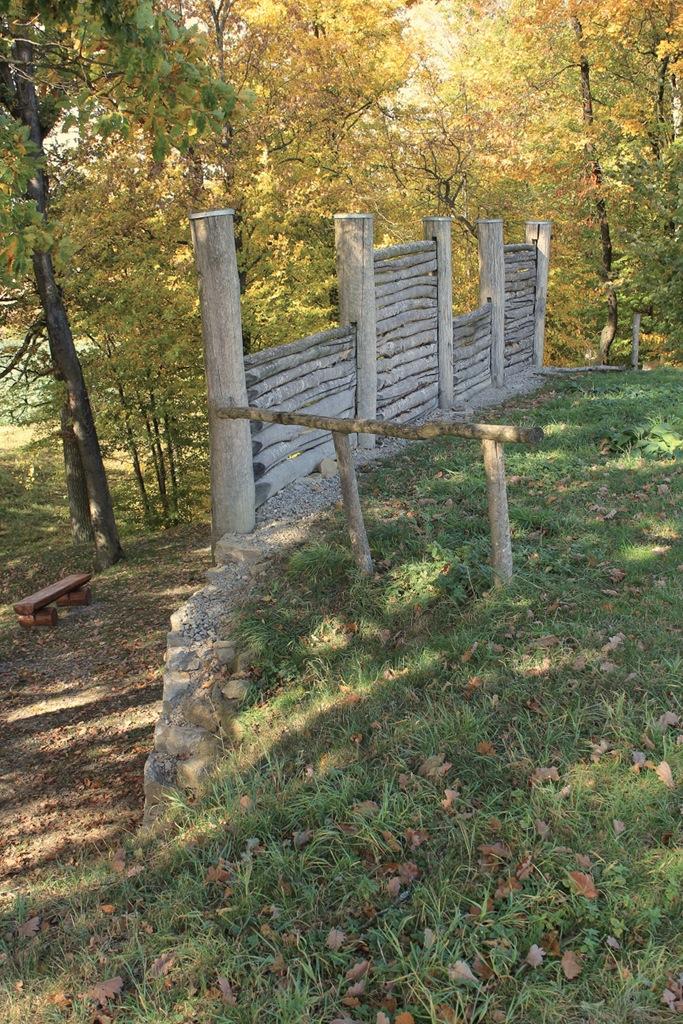 rekonstruierte Pfostenschlitzmauer - Ansicht von innen