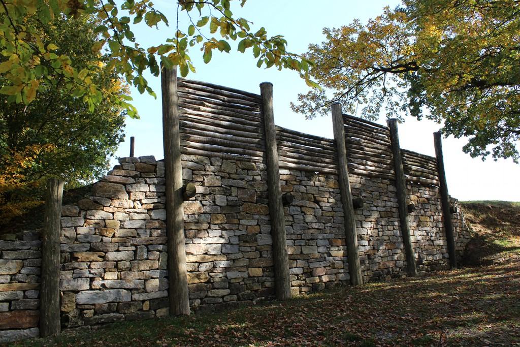 rekonstruierte Pfostenschlitzmauer, Oppidum Finsterlohr