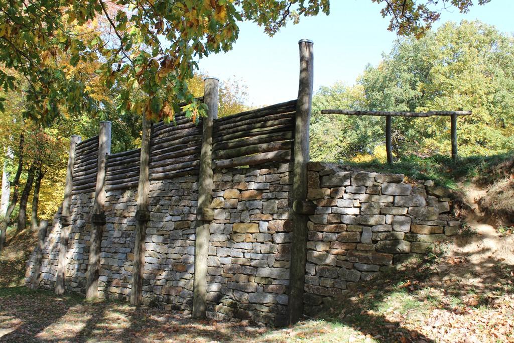 rekonstruierte Pfostenschlitzmauer