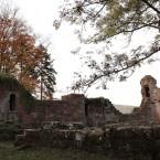 Innenhof, rechts im Bild die Sperrmauer mit Rundbogenfries und ein Wachtürmchen der Ringmauer