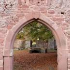 Blick durch das Tor in der Sperrmauer auf den Eingang zum Palas; Spitzbogenportal mit dem Wappen des Dietrich von Erbach