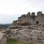 Blick vom inneren Burghof auf die Quermauer, ganz links ein Teil der Toranlage