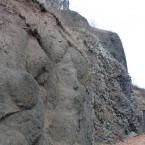 Breccie links, Basaltsäulen rechts