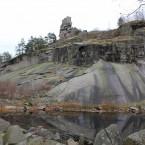 Die Burg aus westlicher Richtung. Im Vordergrund der aufgelöste Steinbruch