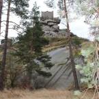 Die Burgruine auf dem Granitdom. Besonders gut sichtbar die zwiebelschalenartig abplatzenden Gesteinsschichten (Exfoliation)