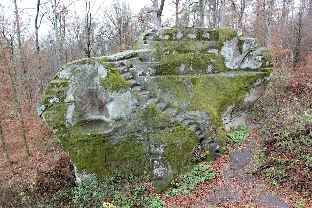 Burg Rotenhan - Nordwestfelsen, links die Aussparung für die ehemalige Tankzisterne