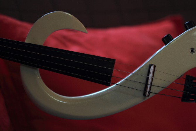 S-förmige E-Geige, Detail