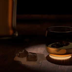 Whiskey-Glas halb leer