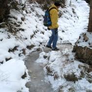 Abstieg auf einem zugefrorenen Bach