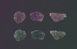 3 Alexandrit-Kristalle, im Kunstlich violett, im Tageslicht grünlich