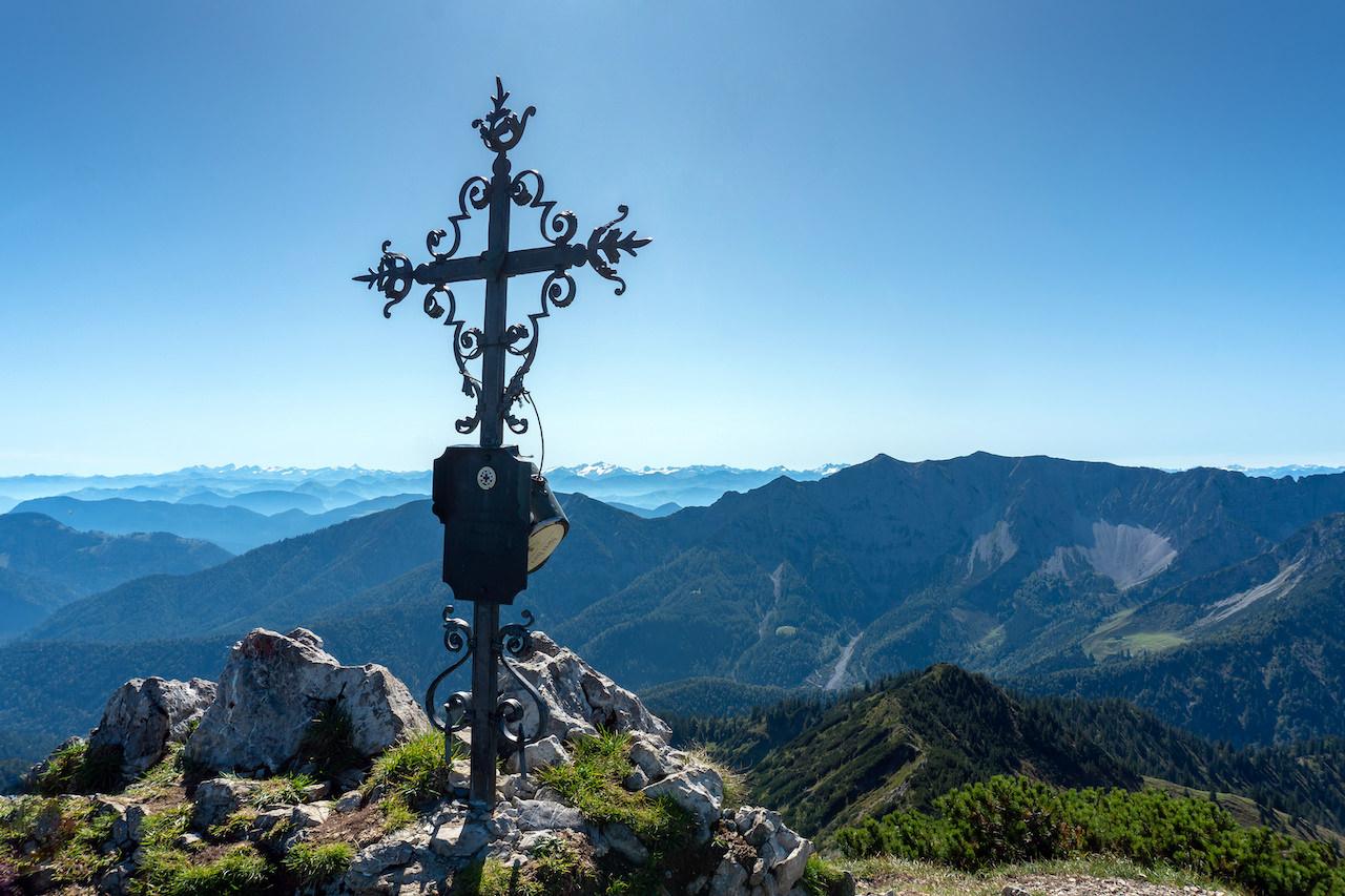 Bergpanorama mit Gipfelkreuz