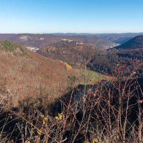 Blick auf die Burgruine Hohenurach vom Rutschenfelsen